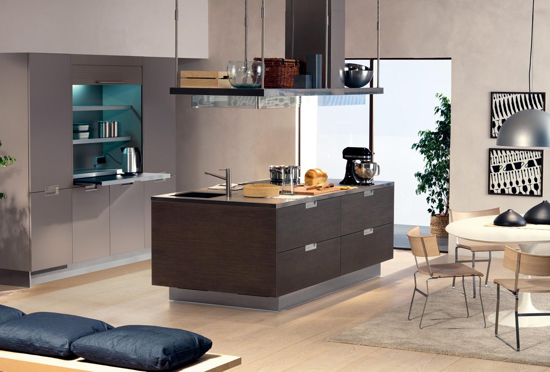 Кухонный остров Arclinea в коричневом цвете в интерьере светлой кухни