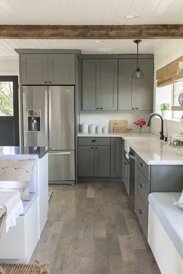 Как обновить кухню: дизайн шкафов в сером цвете