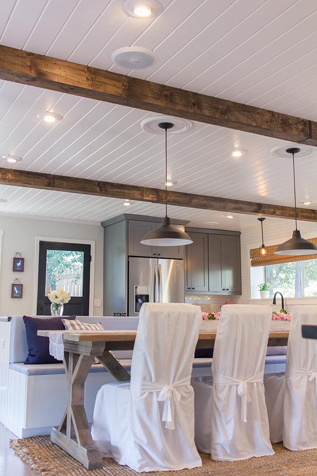 Как обновить кухню: стулья в белых чехлах