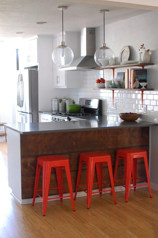 Как обновить кухню: красные барные стулья