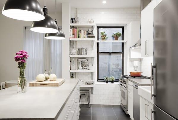 Как обновить старую кухню - удобные полочки для хранения