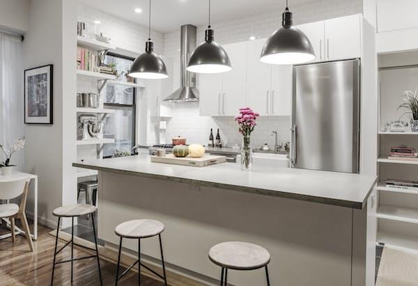 Как обновить старую кухню - белая плитка от пола до потолка