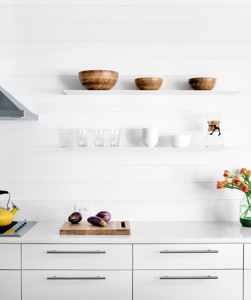 Как правильно организовать кухню: белые настенные полки