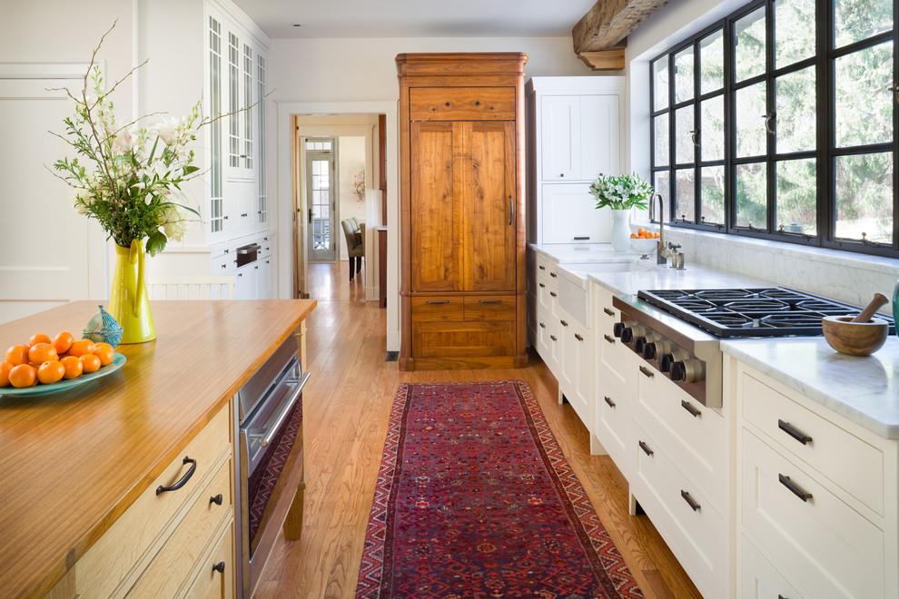 Как правильно организовать кухню: винтажный деревянный шкаф
