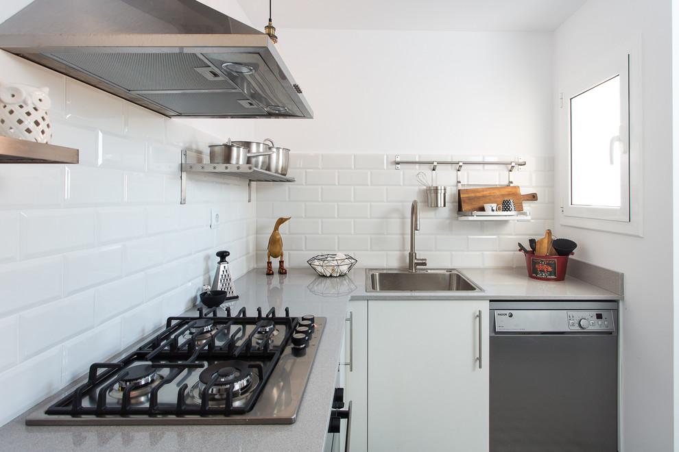 Как правильно организовать кухню: белая плитка на стенах