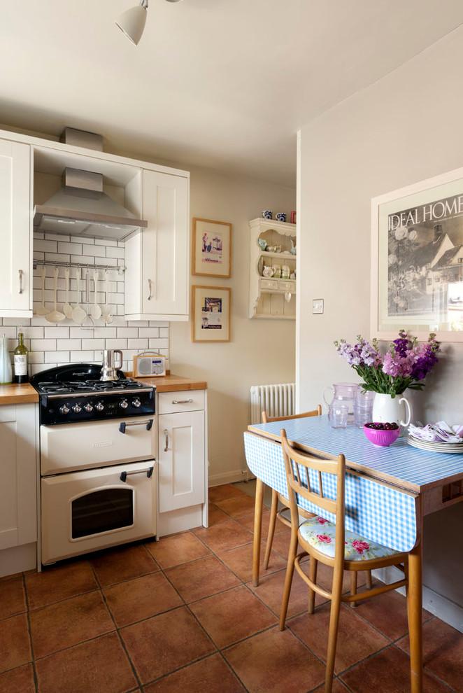 Как правильно организовать кухню: стулья с оригинальной обивкой в интерьере