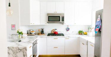 Белоснежная современная кухня в стиле минимализм