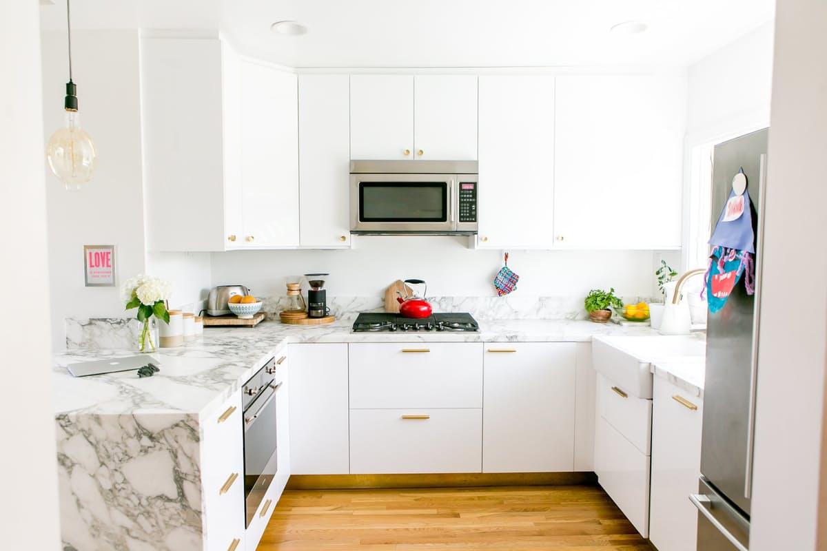 Современные кухни в стиле минимализм поражают разнообразием исполнения