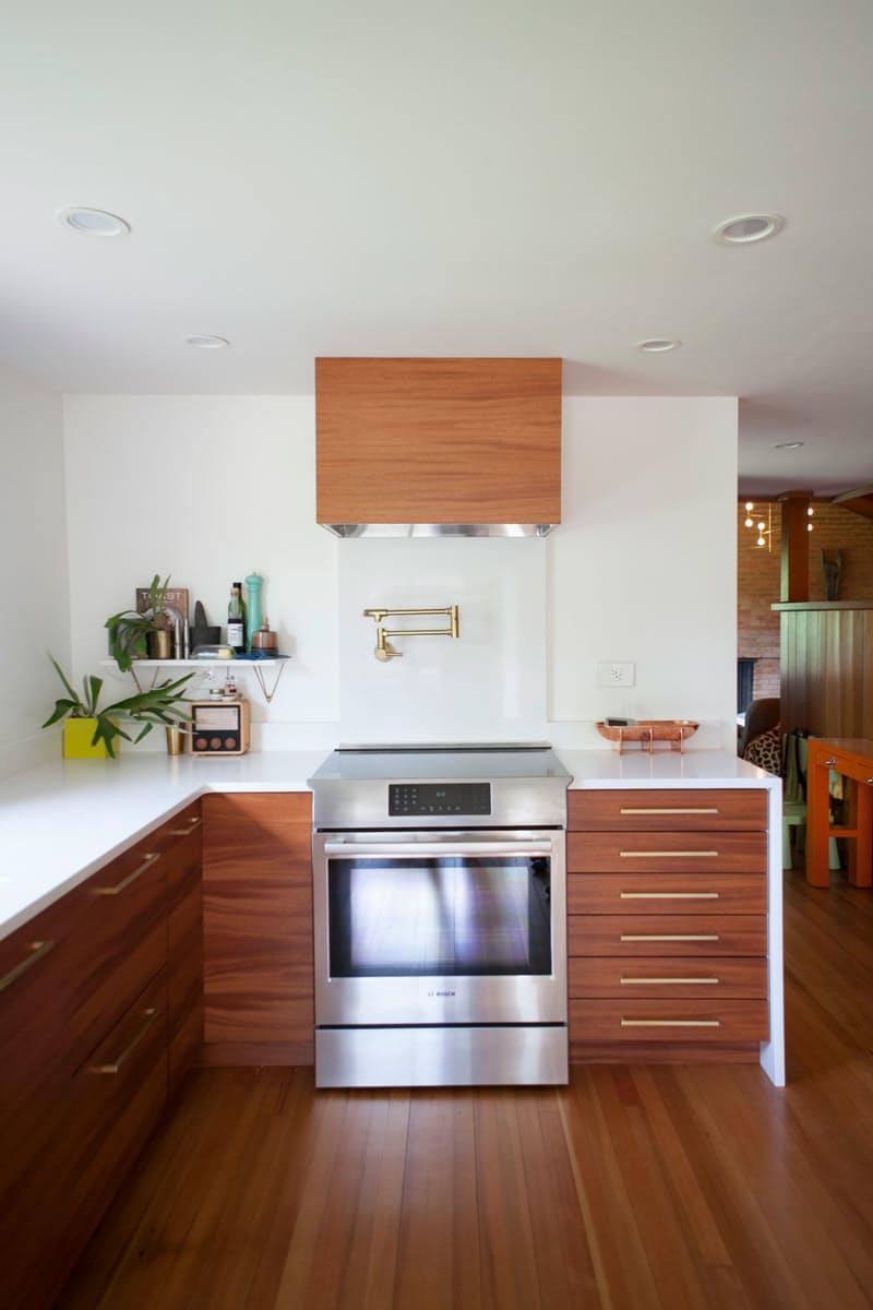 Современные кухни в стиле минимализм, «согретая» деревянной мебелью и отделкой