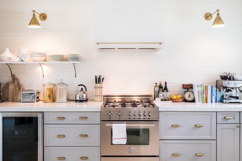 Современные кухни в стиле минимализм: лёгкий беспорядок, который не вносит диссонанс