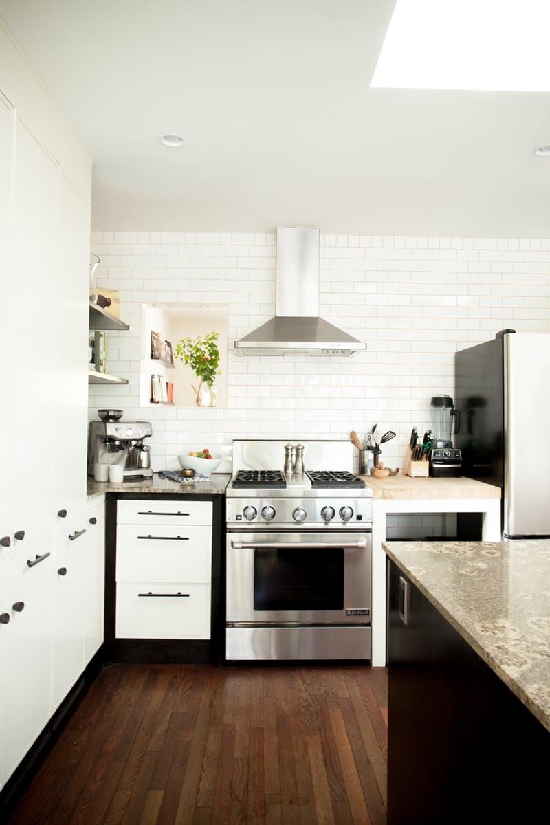 Современные кухни в стиле минимализм в сочетании с мотивами стиля 50-х