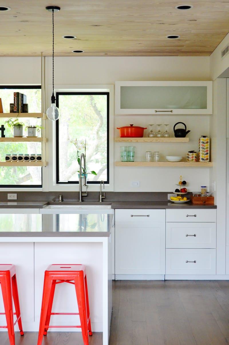 Современные кухни в стиле минимализм: яркие акценты помогают избежать ощущения стерильности