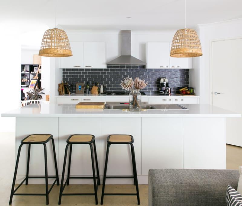 Современные кухни в стиле минимализм в сочетании с  пляжном стилем — а почему бы и нет?