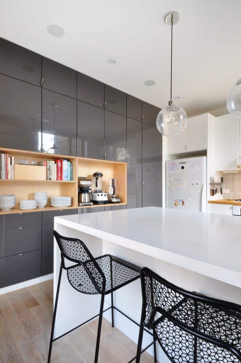 Современные кухни в стиле минимализм: глянец соседствует с натуральными поверхностями