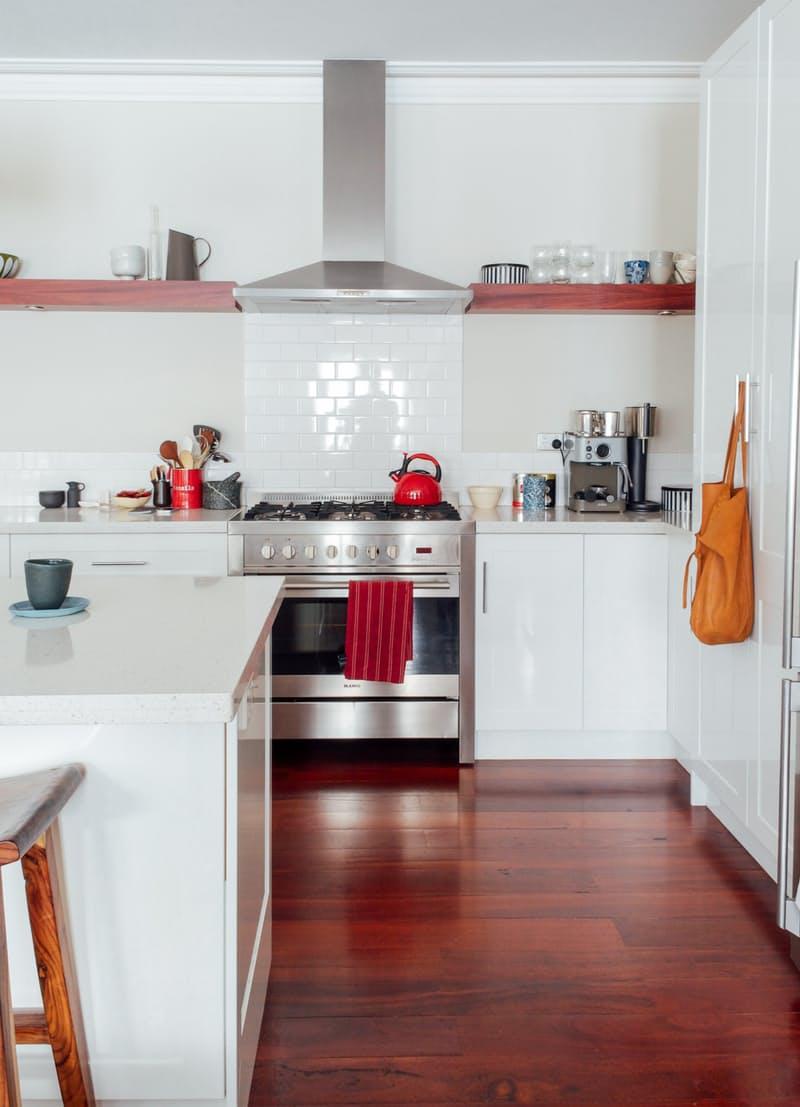 Современные кухни в стиле минимализм: интерьер с «сочными» акцентами