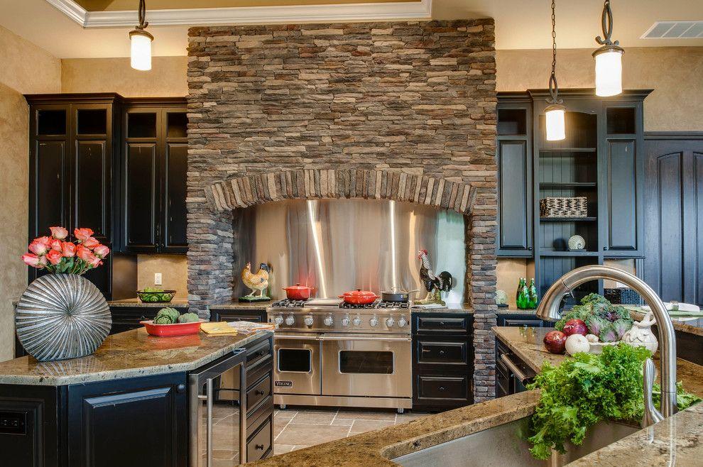 Камин из камня в интерьере кухни - фото 1