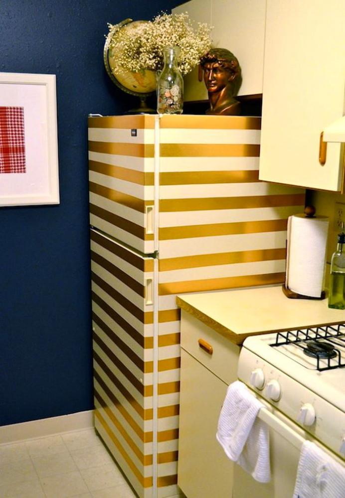 Полосатый холодильник в интерьере кухни