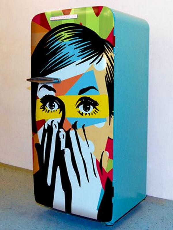 Холодильник с цветным рисунком на дверце