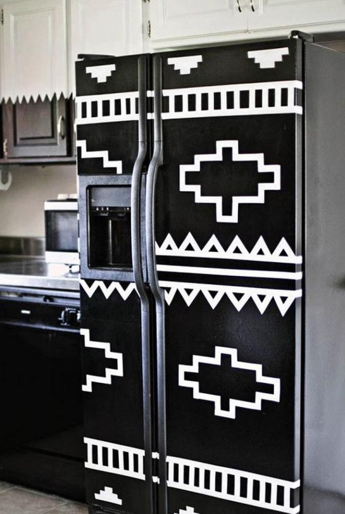 Холодильник с чёрно-белым орнаментом на дверце