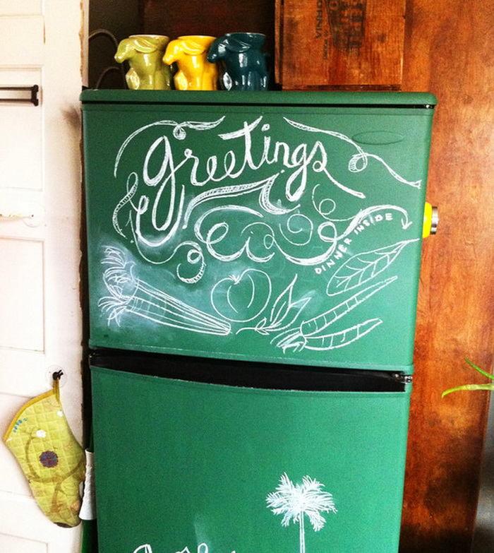 Холодильник, разукрашенный мелками  в интерьере кухни