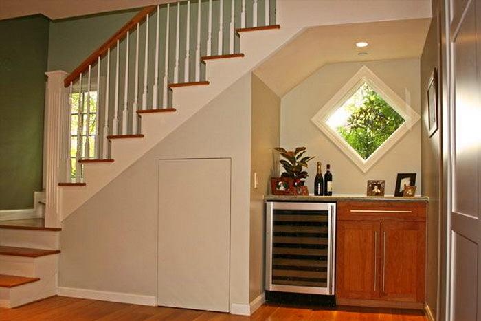 Дизайн кухни под лестницей фото