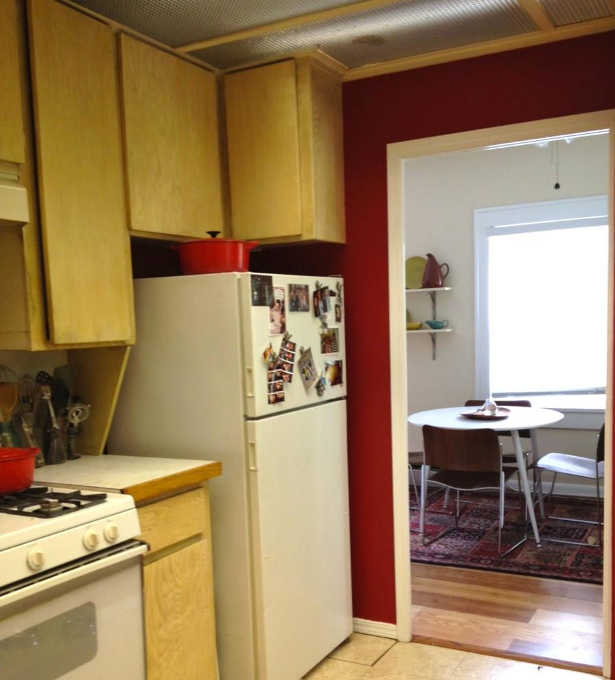 Маленькая кухня рядом со столовой