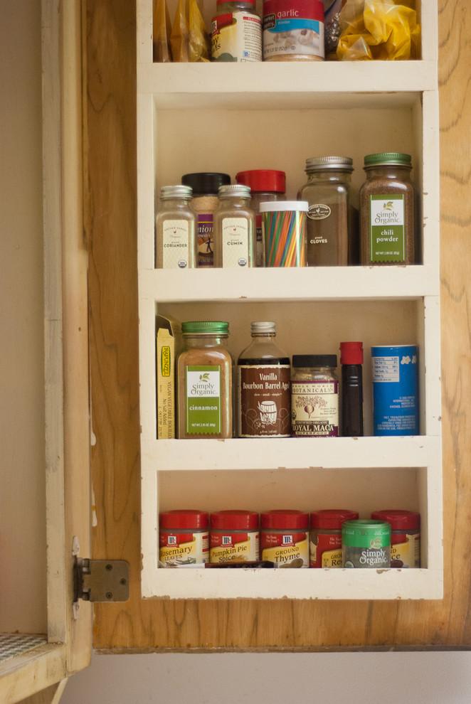 Встроенные открытые полки на кухне для специй