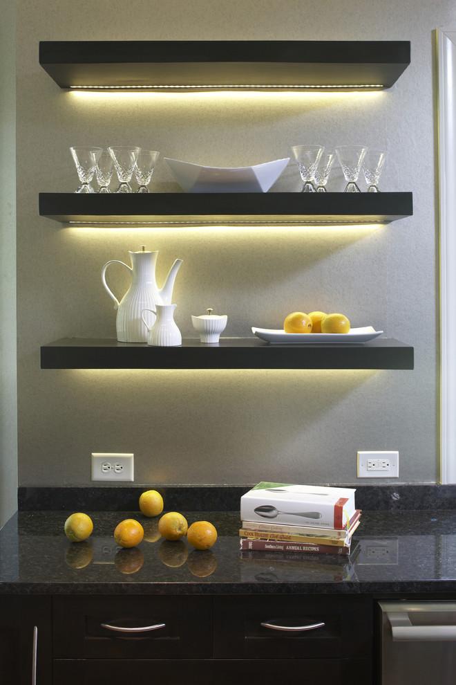Светодиодная подсветка открытых полок в интерьере кухни