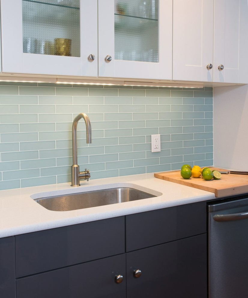 Яркий дизайн кухонного фартука в оттенках синего