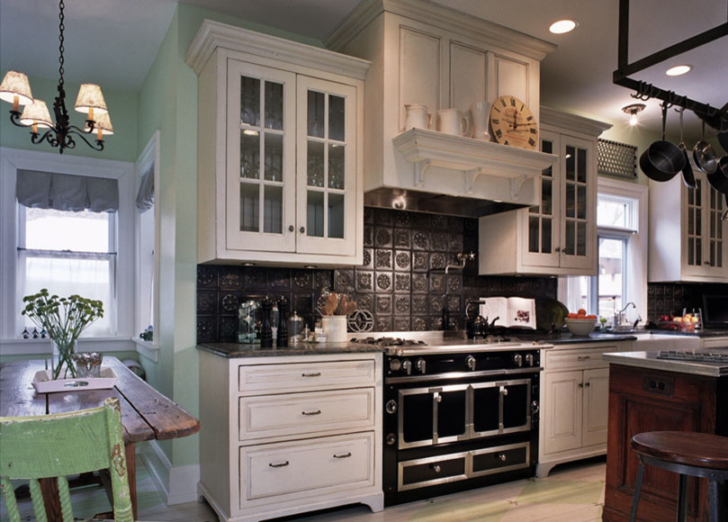 Креативный дизайн кухонного фартука из оловянных плиток от Kipnis Architecture + Planning