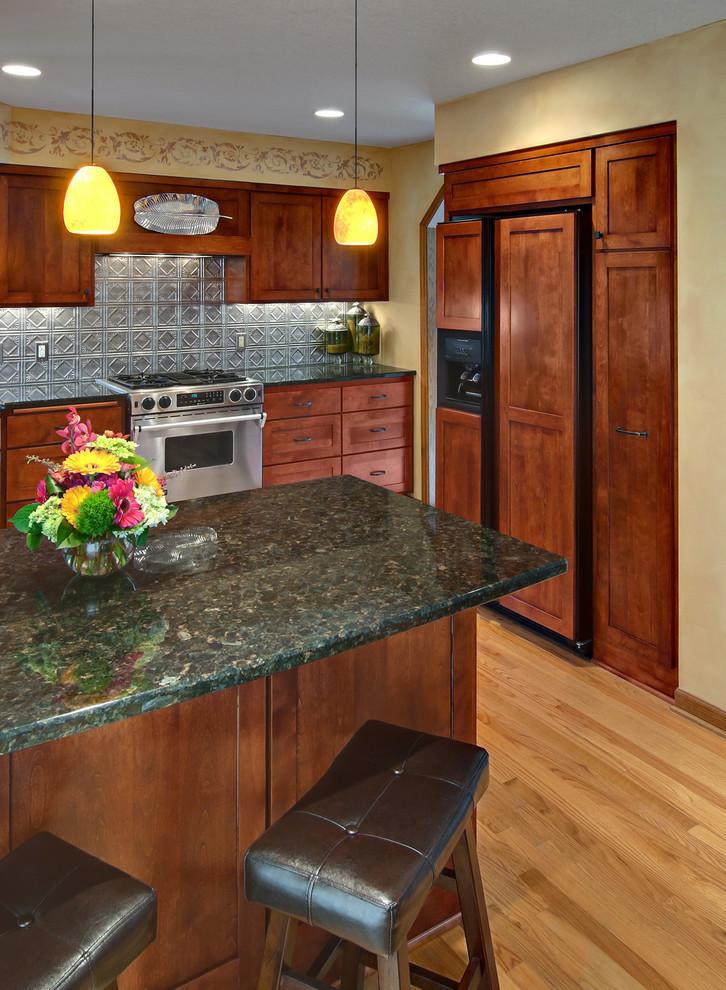 Креативный дизайн кухонного фартука из оловянных плиток от Murphy Bros. Designers & Remodelers