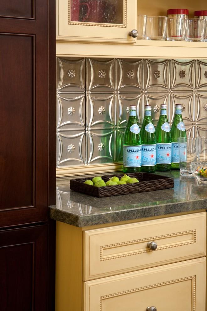 Креативный дизайн кухонного фартука из оловянных плиток от Jessica Risko Smith Interior Design