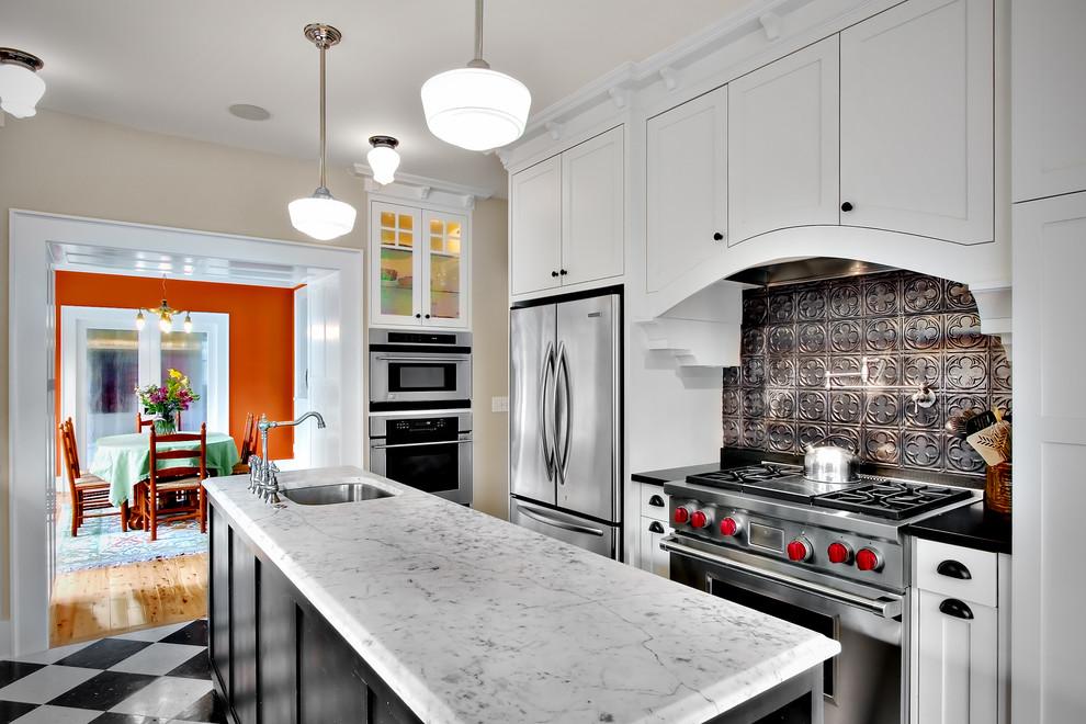 Креативный дизайн кухонного фартука из оловянных плиток от Goforth Gill Architects