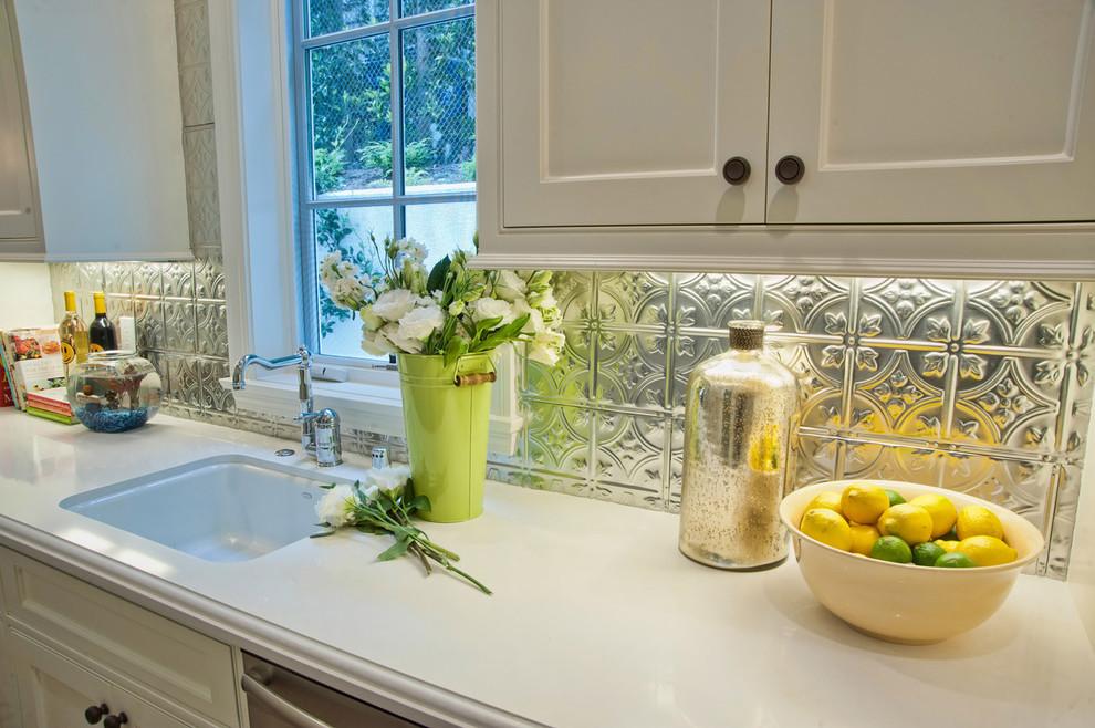 Кухонный фартук из оловянной плитки от Jill Wolff Interior Design
