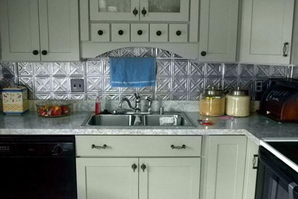 Креативный дизайн кухонного фартука из оловянных плиток от CliqStudios Cabinets