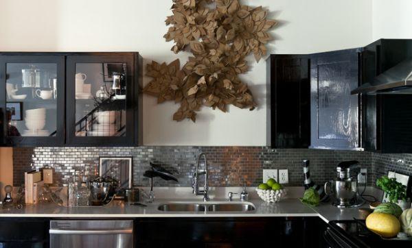 Оригинальный дизайн кухонного фартука, оформленного латунными плитками