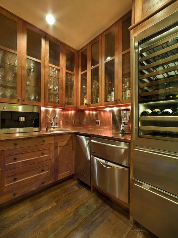 Оригинальный дизайн кухонного фартука, оформленного медными пластинами
