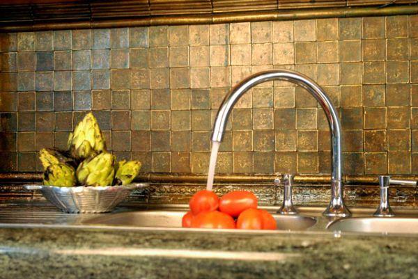 Оригинальный дизайн кухонного фартука, оформленного плиткой из нержавеющей стали