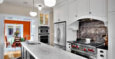Узорный фартук из металлической плитки в стильном интерьере кухни