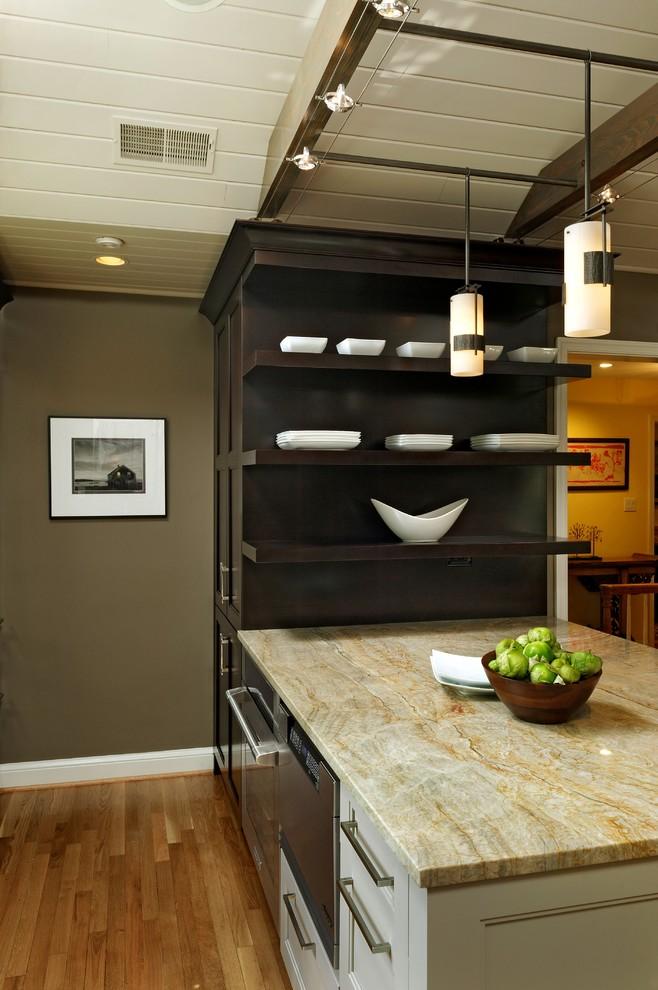 Микроволновая печь и духовой шкаф, встроенные в кухонный остров