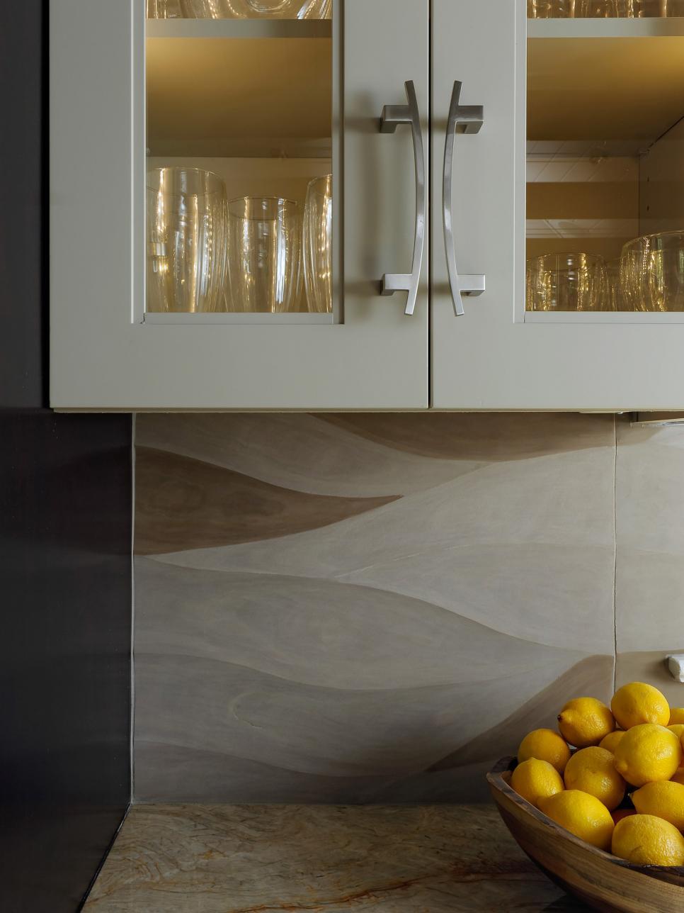 Кафельные плитки с рельефной поверхностью в оформлении кухонного фартука