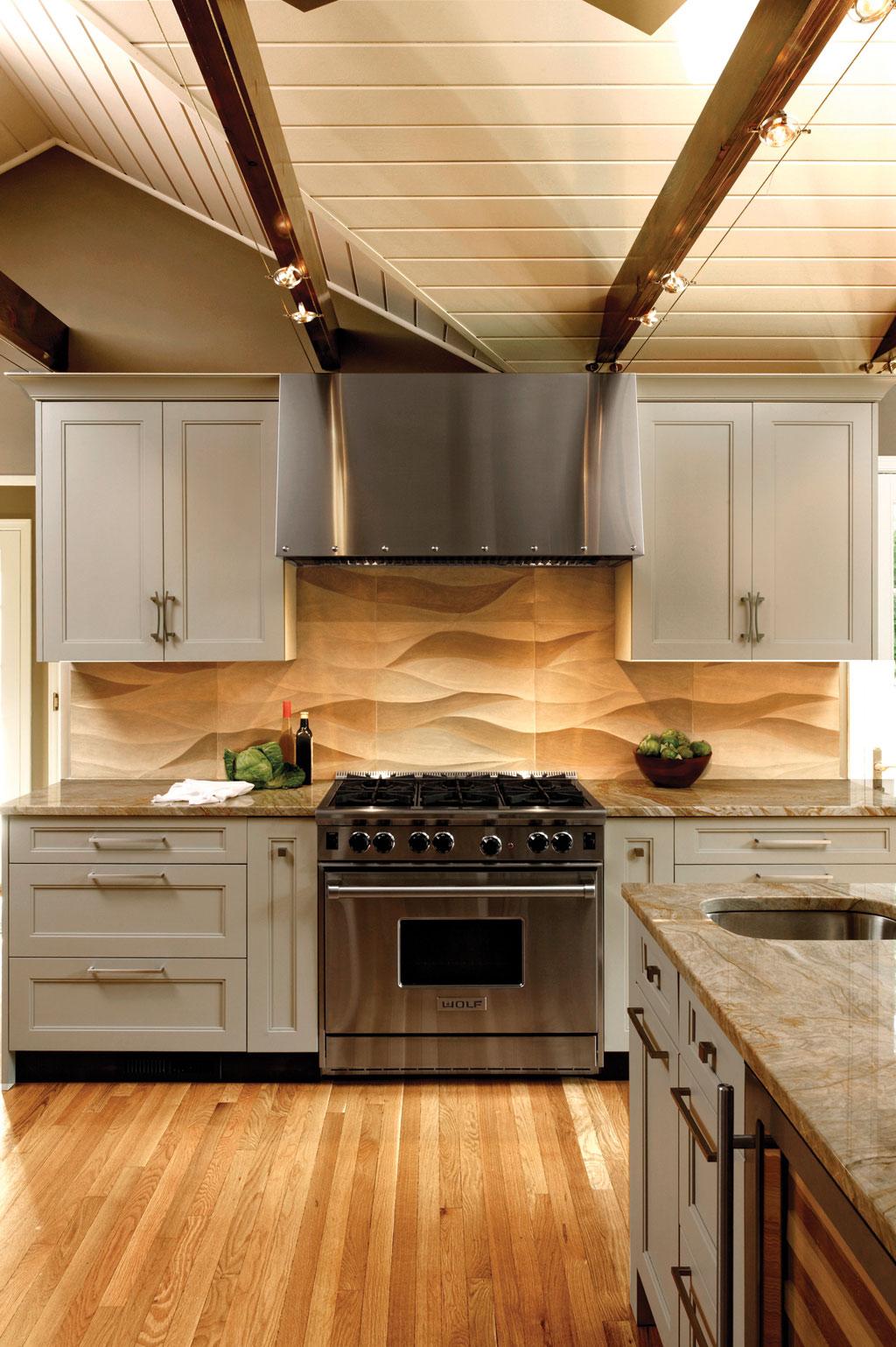Напольное покрытие из натурального дерева в интерьере кухни
