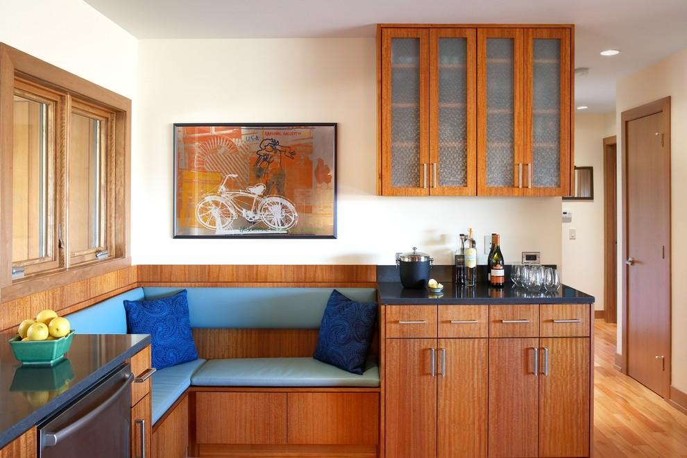 Угловая банкетка в интерьере кухни