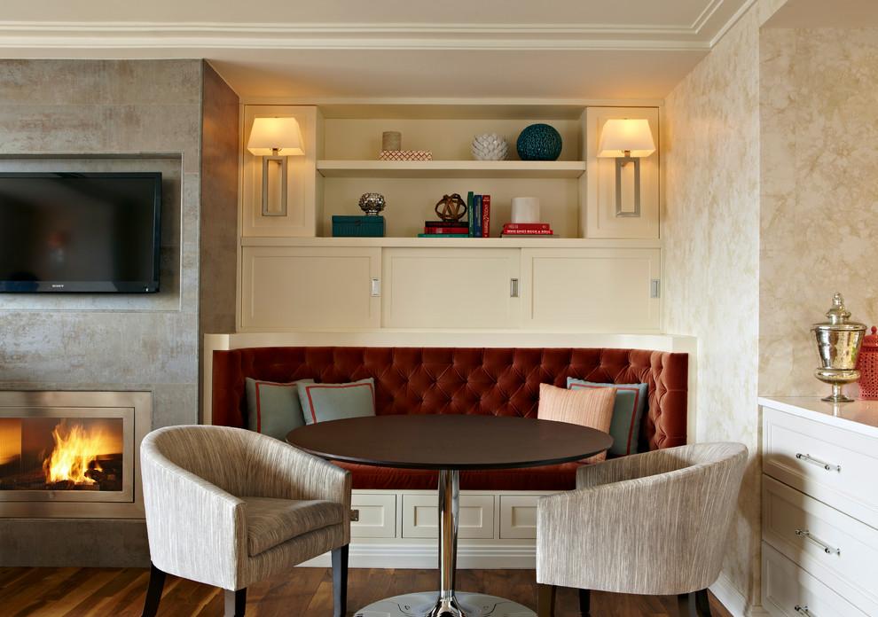 Банкетный диван в интерьере гостиной