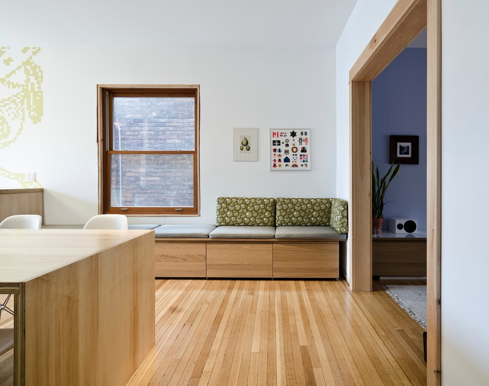 Угловая банкетка в интерьере комнаты