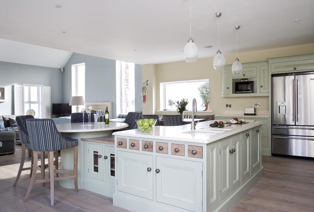 Белый кухонный остров с высоким обеденным столом