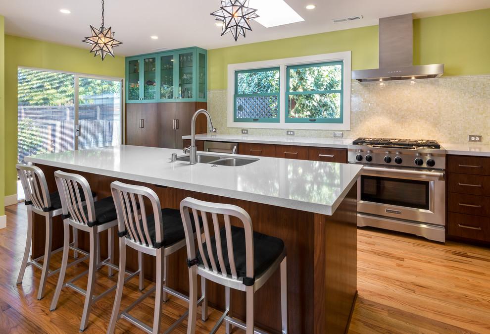 Высокие металические стулья на кухне