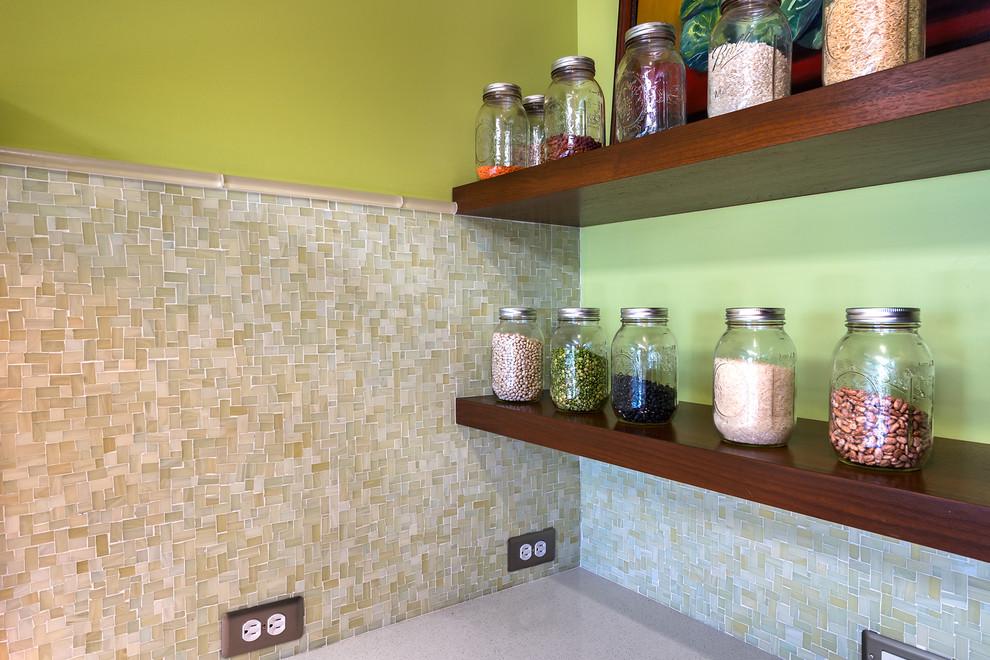 Открытые полки для хранения банок с крупами