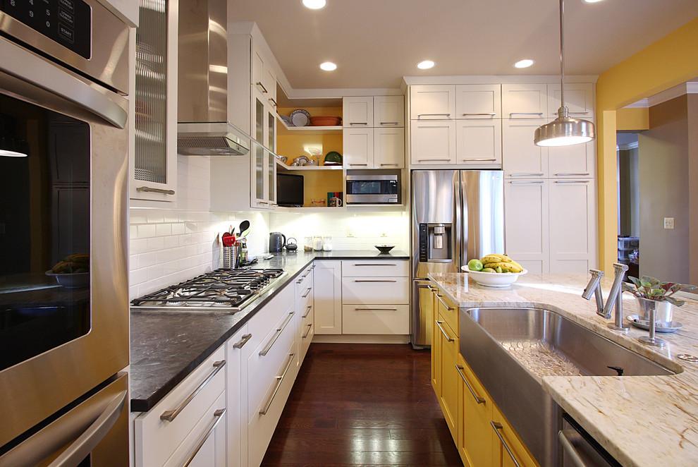 Кухонный остров яркого жёлтого цвета в интерьере кухни