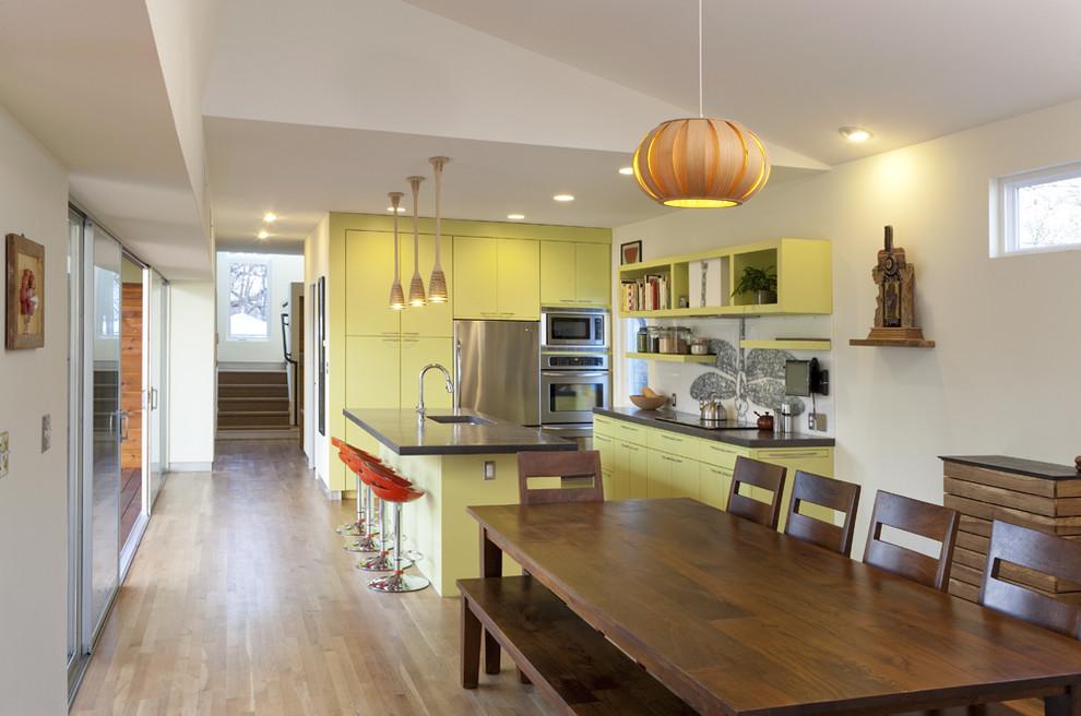Фисташковый кухонный гарнитур в гармонии с деревянной мебелью